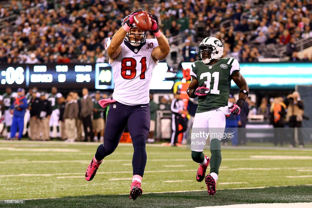 Owen Daniels #81 of the Houston Texans catches a 34-yard touchdown reception in the first quarter against Antonio Cromartie #31 of the New York Jets at MetLife Stadium on October 8, 2012 in East Rutherford, New Jersey.