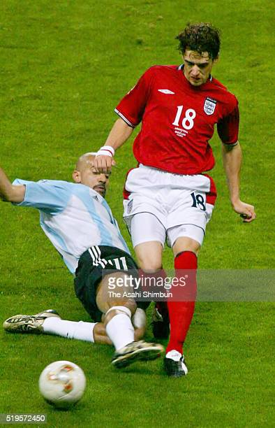 Owen Hargreaves of England is tackled by Juan Sebastian Veron of Argentina during the FIFA World Cup Korea/Japan Group F match between Argentina and...