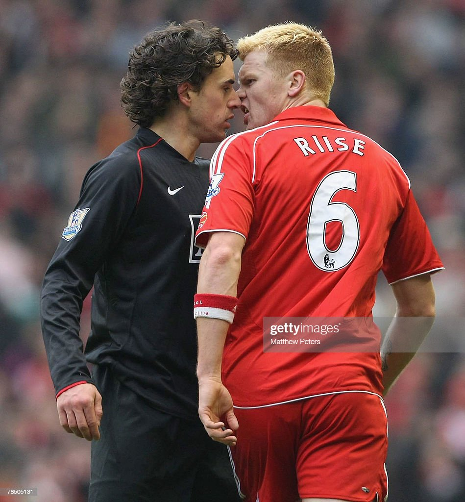 Owen Hargreaves of Manchester United clashes with John Arne