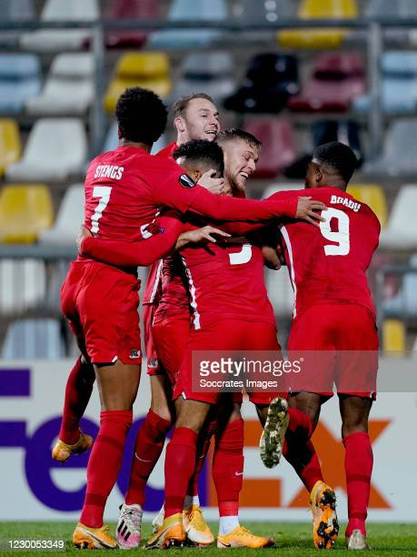 Owen Wijndal of AZ Alkmaar celebrates 1-1 with Teun Koopmeiners of AZ Alkmaar, Jesper Karlsson of AZ Alkmaar, Myron Boadu of AZ Alkmaar, Calvin...