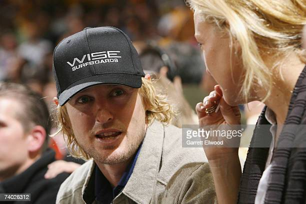 Owen Wilson and Kate Hudson take in the game between the Dallas Mavericks and the Golden State Warriors in Game Four of the Western Conference...