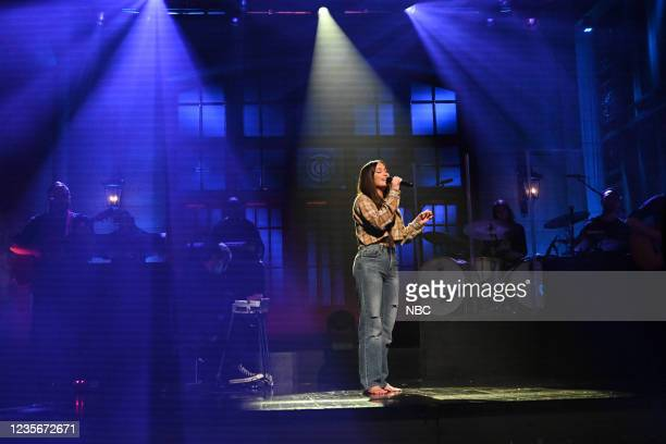 """Owen Wilson"""" Episode 1806 -- Pictured: Musical guest Kacey Musgraves performs """"Justified"""" on Saturday, October 2, 2021 --"""