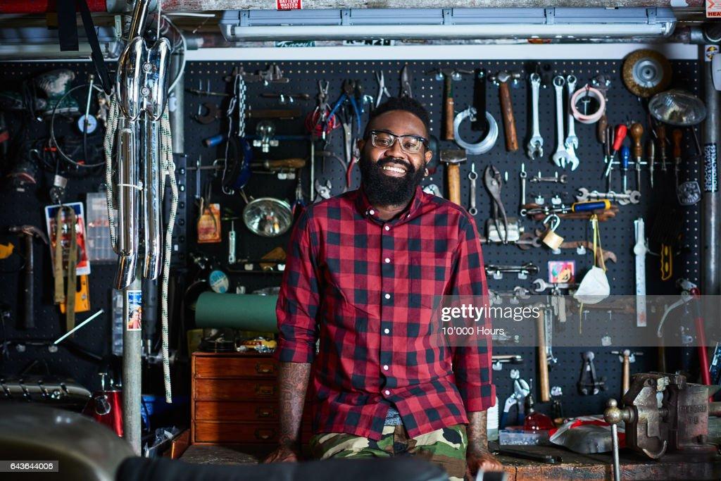 Owner in motorcycle workshop. : Stockfoto
