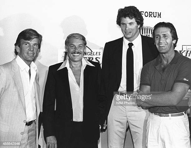 Owner Jerry Buss of the Los Angeles Lakers coach Paul Westhead assistant coach Pat Riley and Mitch Kupchak pose for photographs in 1981 at the Great...