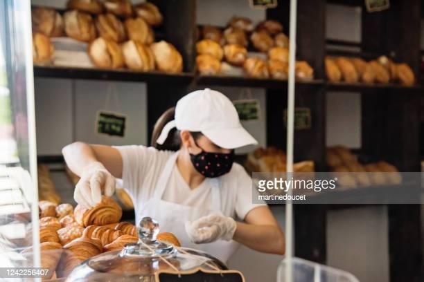"""propietario de panadería trabajando con guantes y máscara protectoras. - """"martine doucet"""" or martinedoucet fotografías e imágenes de stock"""