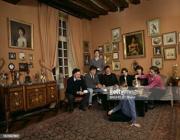 Owners Of The Castle Of Mauvières In Saint Forget Yvelines Saint Forget Février 1985 Au Château de Mauvières lieu de tournage du feuilleton télévisé...