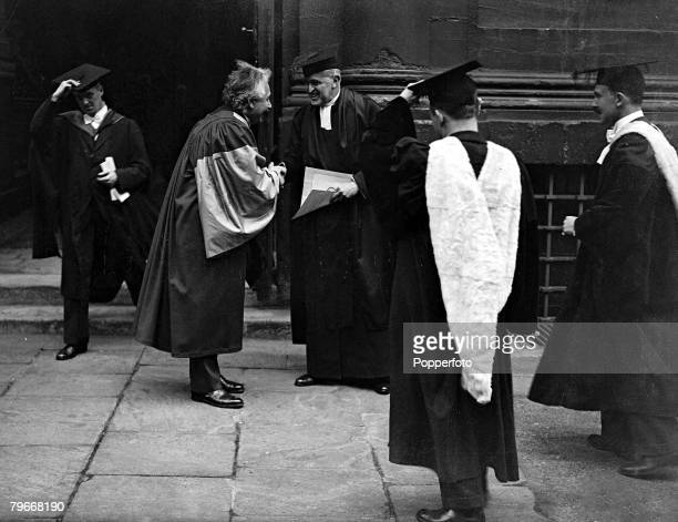 Oxford England 23rd May 1931 Scientist Albert Einstein receives his honorary doctor of Science degree at Oxford University where he is delivering a...