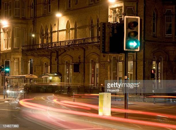 oxford straße in der nacht mit viel verkehr - oxford oxfordshire stock-fotos und bilder