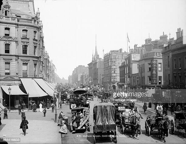 Oxford Street Westminster London 18701900 With the hustle and bustle of stylish shoppers looking for the latest fashions office workers on their...