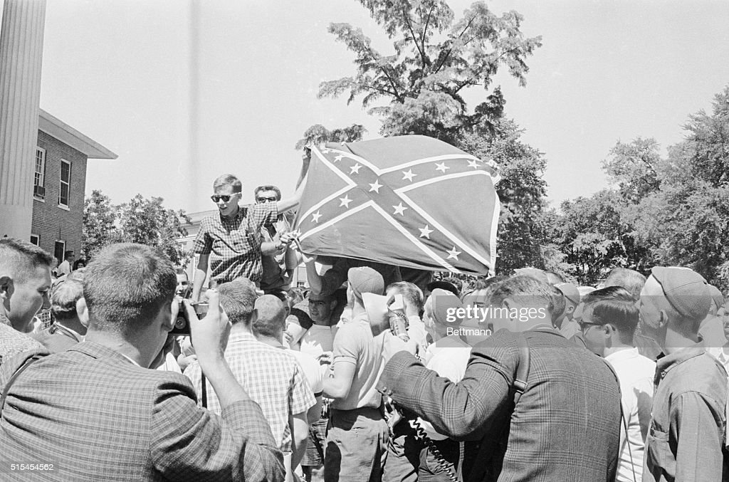 Demonstrating Students with Confederate Flag : ニュース写真