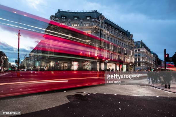 ロンドンで最も忙しい交通交差点、夕暮れ時のオックスフォートサーカス - ロンドン オックスフォード・ストリート ストックフォトと画像