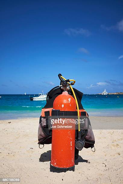 oxygen tank and diving jacket on beach - aqualung diving equipment stock pictures, royalty-free photos & images