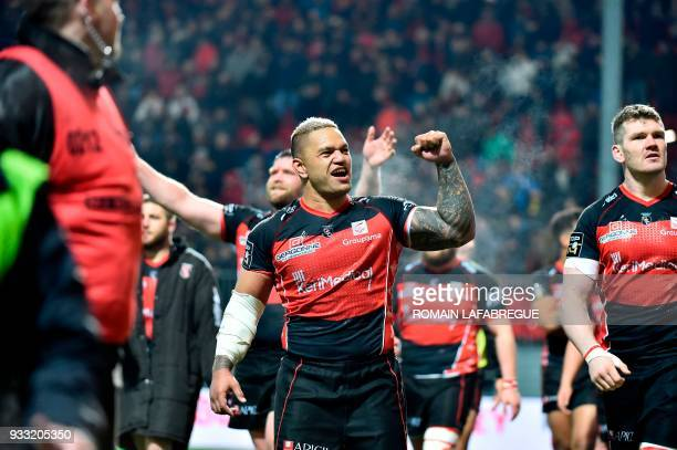 Oyonnax' New Zealand flanker Hika Elliot celebrates with teammates during the French Top 14 rugby union match between Oyonnax and Toulon on March 17...
