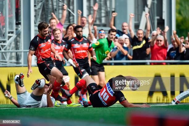 Oyonnax' New Zealand flyhalf Benjamin Botica scores a try during the French Top 14 rugby union match between Oyonnax and Toulouse on Augus 26, 2017...