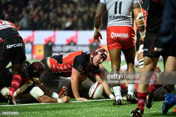Oyonnax' South African lock Steven Sykes scores a try during the French Top 14 rugby union match between Oyonnax and Toulon on March 17, 2018 at the...