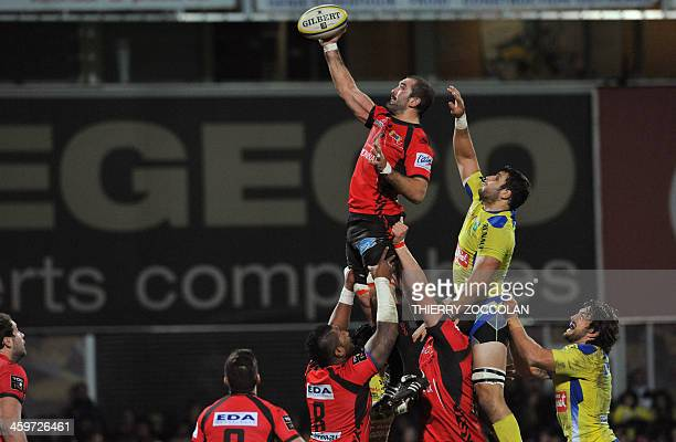 Oyonnax's English flanker Joe El Abd grabs the ball in a line out during the French Top 14 rugby union match ASM Clermont Auvergne vs Oyonnax on...