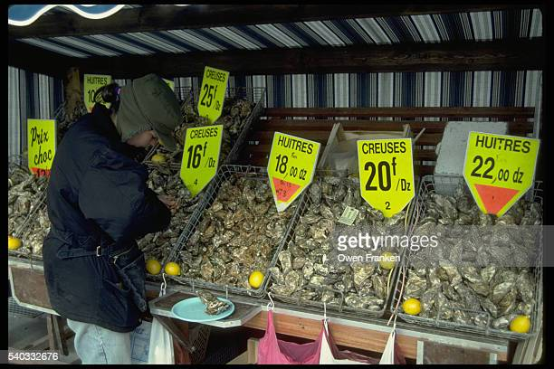 oyster stand in france - cancale photos et images de collection
