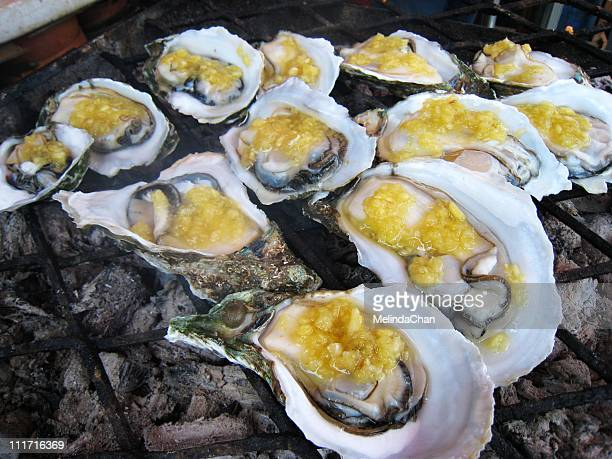 bbq oysters with garlic sauce - provinz guangdong stock-fotos und bilder