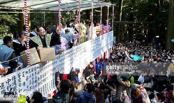 Ozeki Kotoshogiku scatters beans during the Setsubun festival at Tsubaki Okami Yashiro Shrine on February 3 2016 in Suzuka Mie Japan The ceremony is...