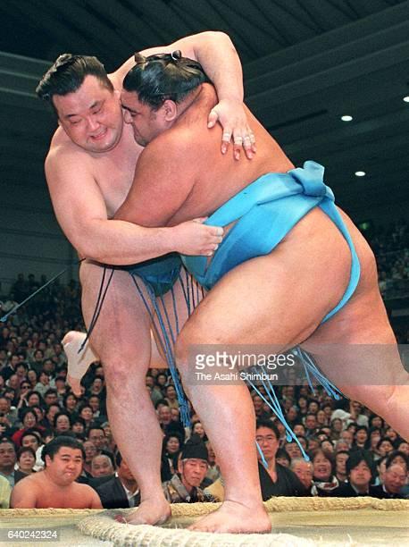 Ozeki Musashimaru throws Takanonami to win the tournament during day fifteen of the Grand Sumo Spring Tournament at Osaka Prefecture Gymnasium on...