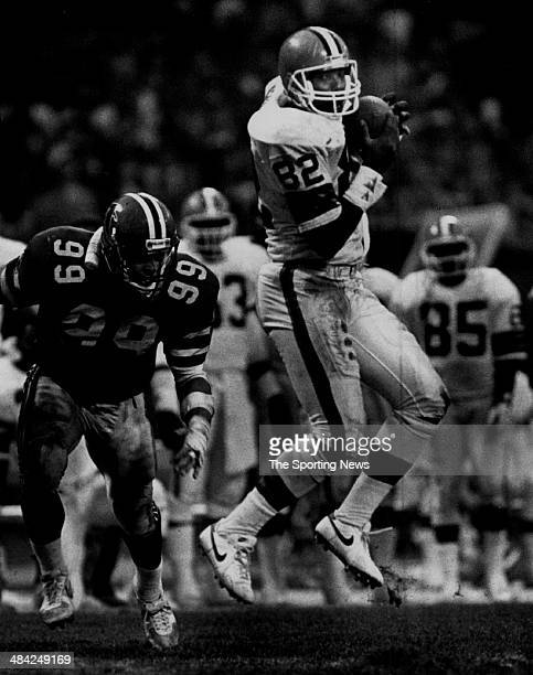 Ozzie Newsome of the Cleveland Browns catches the ball circa 1980s
