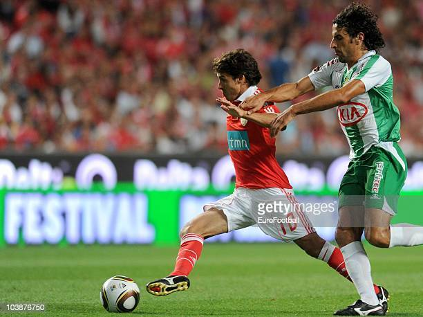 Pablo Aimar of Benfica controls the ball during the Portuguese Liga match between Benfica and Vitoria Setubal at Luz Stadium on August 28 2010 in...