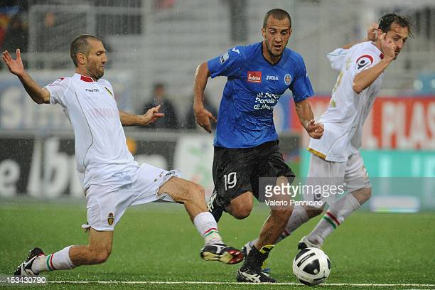 Pablo Andres Gonzalez of Novara Calcio is challenged by Maurizio Lauro of Ternana Calcio during the Serie B match between Novara Calcio and Ternana...