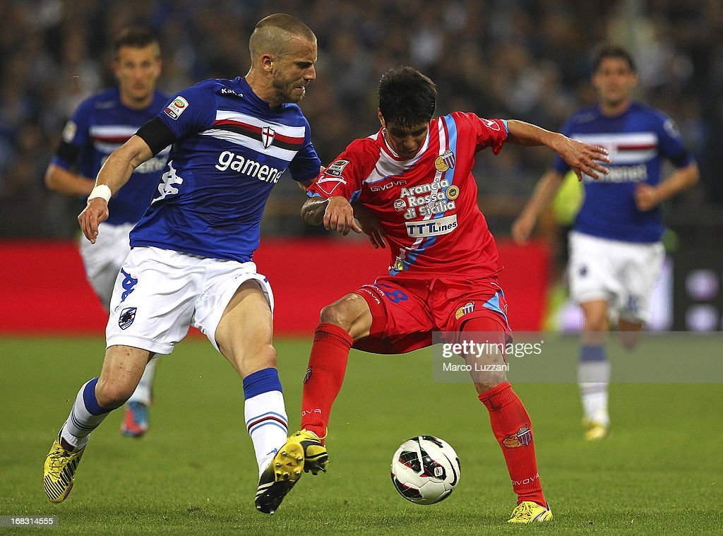 Pablo Cesar Barrientos (R) of Calcio Catania competes for the ball with Lorenzo De Silvestri (L) of UC Sampdoria during the Serie A match between UC Sampdoria and Calcio Catania at Stadio Luigi Ferraris on May 8, 2013 in Genoa, Italy.