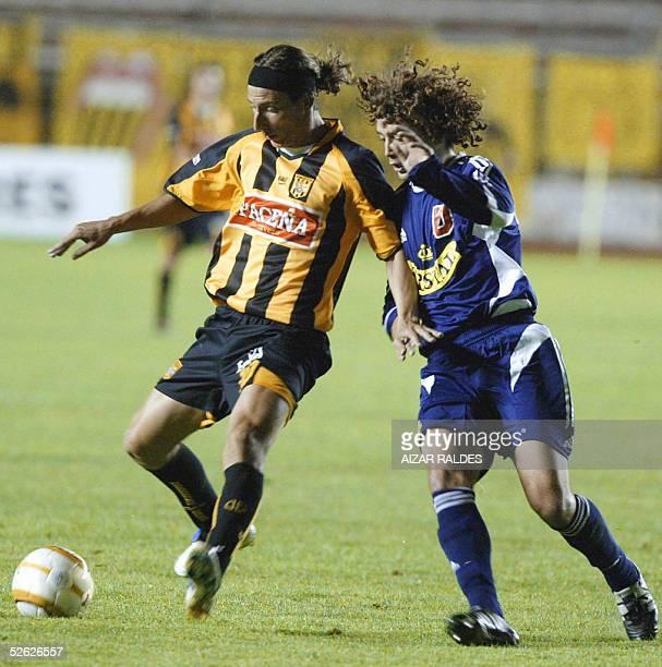 Pablo Cuba de The Strongest de Bolivia enfrenta la marca de Manuel Iturra de la Univ de Chile el 13 de abril de 2005 en el partido jugado en el...