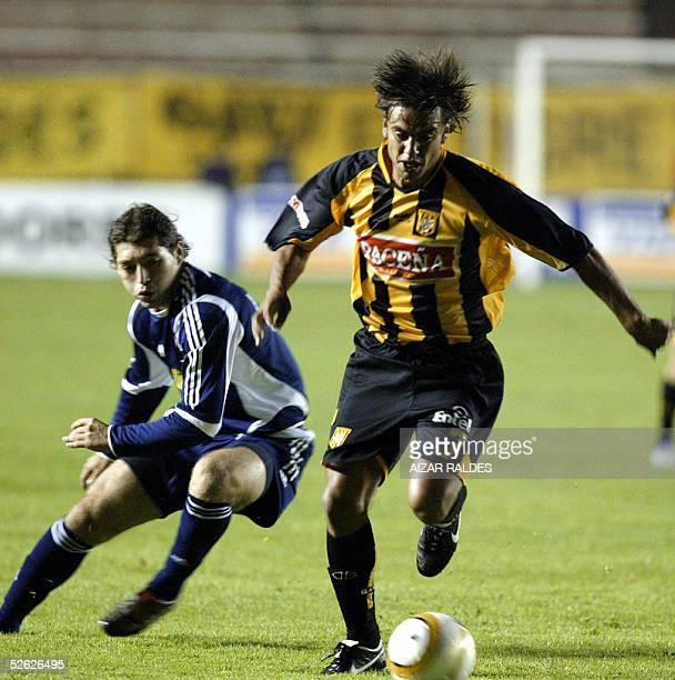 Pablo Cuba de The Strongest de Bolivia se lleva el balon ante la marca de Jose Rojas de la Univ de Chile el 13 de abril de 2005 en el partido jugado...