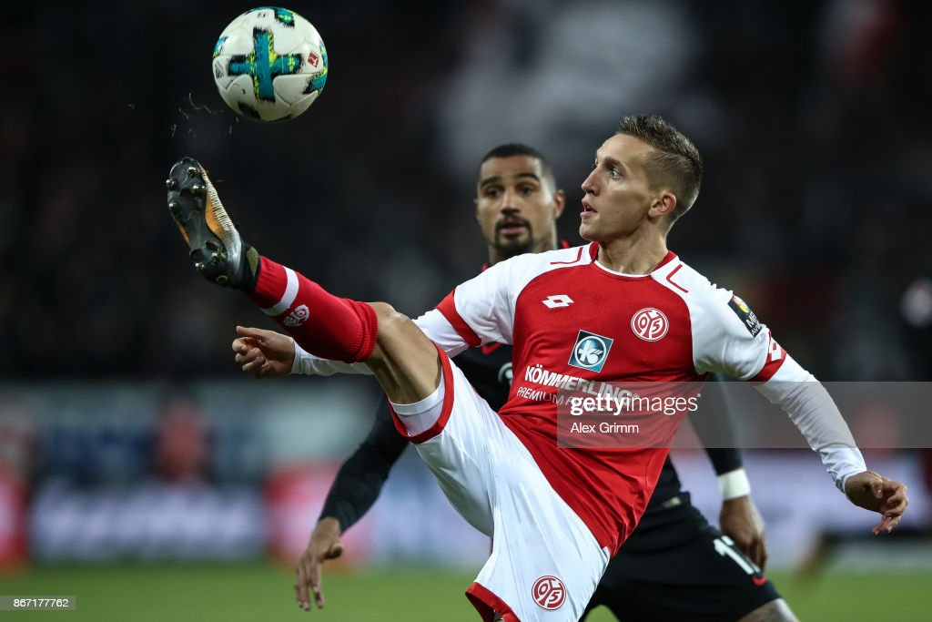 Pablo De Blasis of Mainz (R) and Kevin-Prince Boateng of Frankfurt battle for the ball during the Bundesliga match between 1. FSV Mainz 05 and Eintracht Frankfurt at Opel Arena on October 27, 2017 in Mainz, Germany.