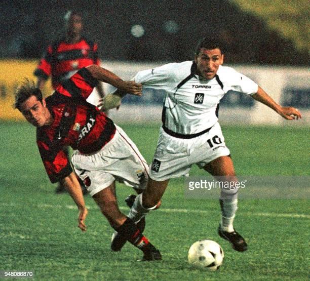 Pablo Guinazu is seen fighting for the ball against Leandro Avila in Brasilia Brazil 31 October 2001 Pablo Guinazu jugador de Independiente de...