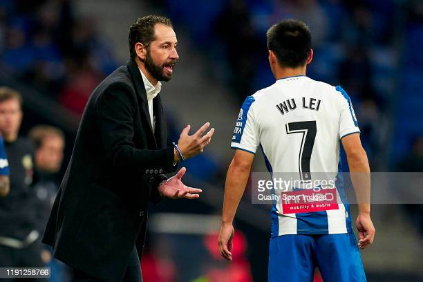 Pablo Machin, head coach of RCD Espanyol gives instructions to Wu Lei during the Liga match between RCD Espanyol and CA Osasuna at RCDE Stadium on...