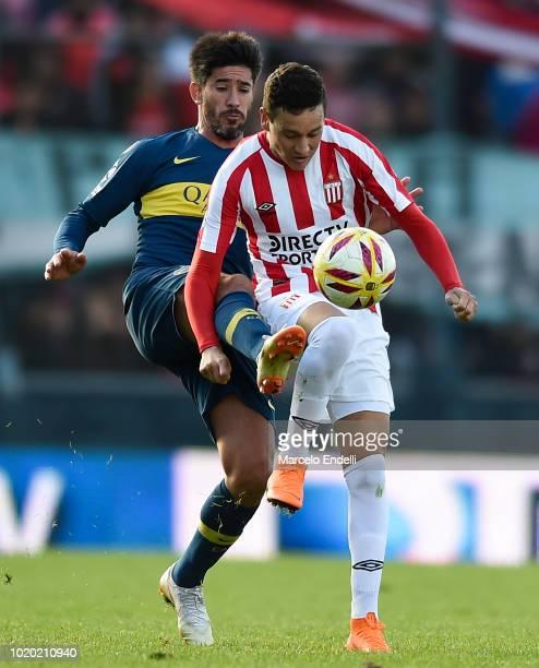 Pablo Perez of Boca Juniors fights for the ball with Fernando Zuqui of Estudiantes during a match between Estudiantes and Boca Juniors as part of...