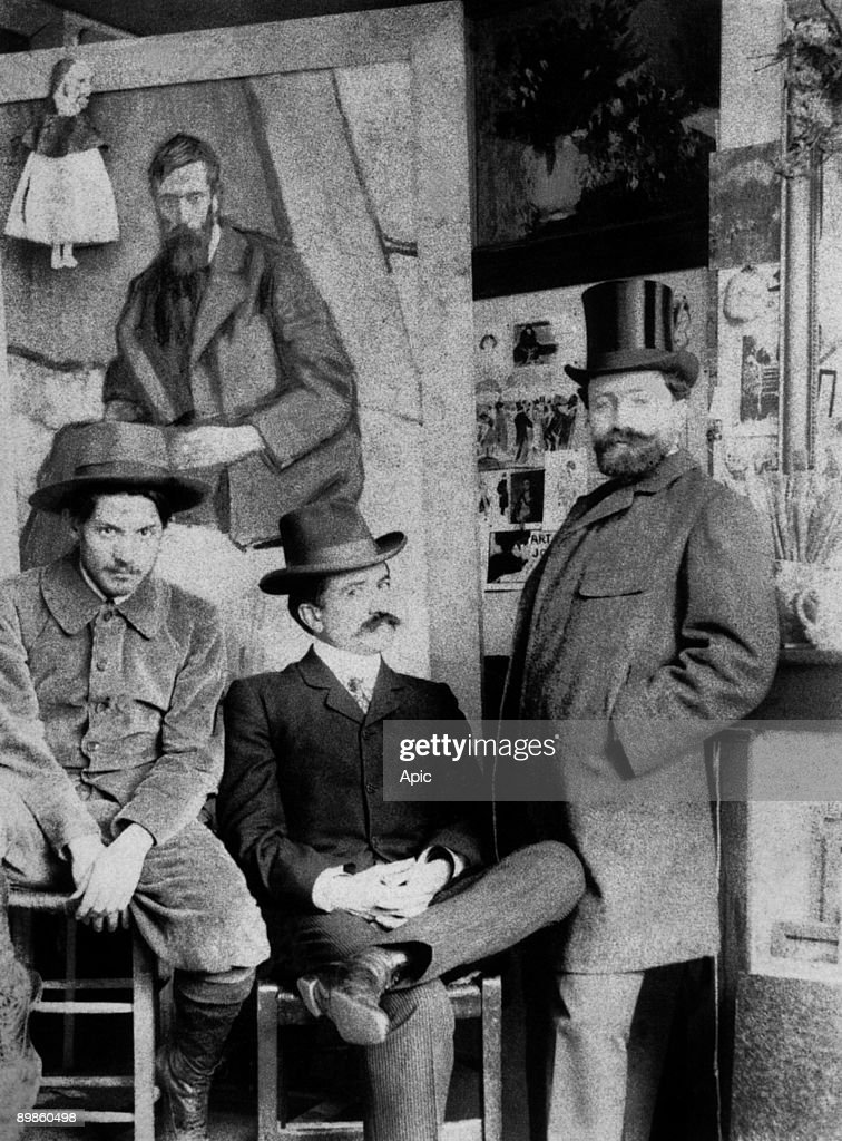 Pablo Picasso, Petrus Manach, Torres Fuentes and his wife in front of a portrait of Francisco Gonzales de Iturrino in the workshop that Picasso occupied from june 1901 to january 1902 in Paris, here in 1901 : Nachrichtenfoto