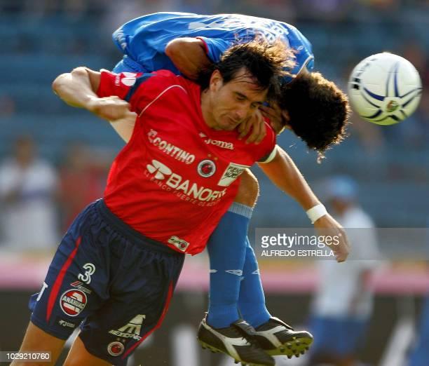 Pablo Quattrocchi defensa de Veracruz disputa el balon con Miguel Sabah de Cruz Azul en un partido correspondiente a la fecha 14 del Torneo de...