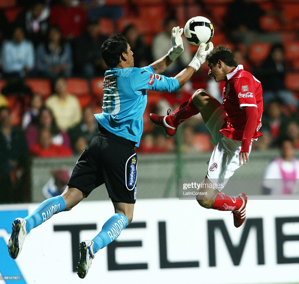 Pachuca s goalkepeer Rodolfo Cota (L) vies for the ball with Isaac Brizuela  (R d40cae67c