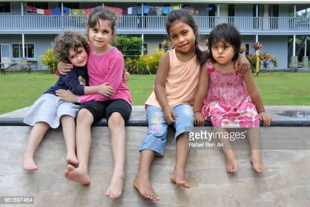 pacific islander girls plays with new zealand girls in rarotonga cook islands - rafael ben ari fotografías e imágenes de stock