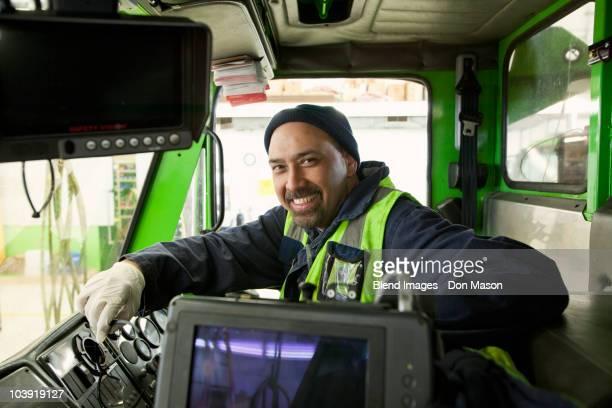 pacific islander man driving garbage truck - eboueur photos et images de collection