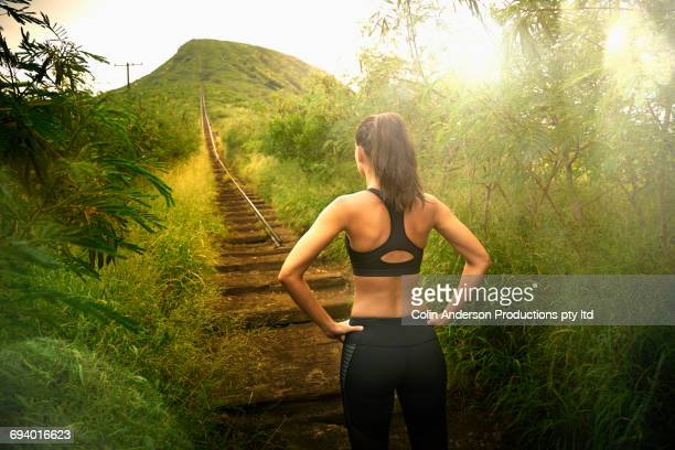 pacific islander woman standing near staircase on hill - forward atlet bildbanksfoton och bilder