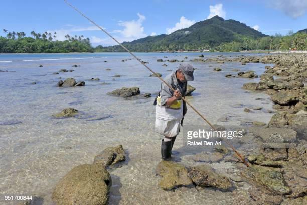 pacific islanders fisherman  fishing in rarotonga cook islands - rafael ben ari imagens e fotografias de stock