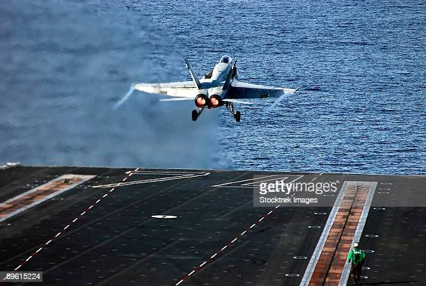 pacific ocean, february 7, 2006 - an f/a-18c hornet launches from one of four steam-powered catapults aboard the nimitz-class aircraft carrier uss john c. stennis (cvn-74).   - 航空母艦 ストックフォトと画像