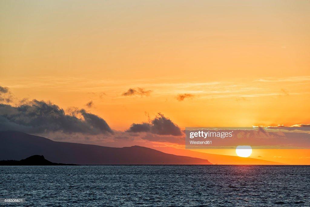 Pacific Ocean, Galapagos Islands, sunset above Santa Cruz Island : Foto de stock