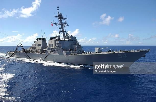 """pacific ocean (august 6, 2004) ? guided missile destroyer uss curtis wilbur (ddg 54) sails alongside military sealift command oiler usns yukon (t-ao 202) during replenishment at sea evolution."" - contratorpedeiro - fotografias e filmes do acervo"