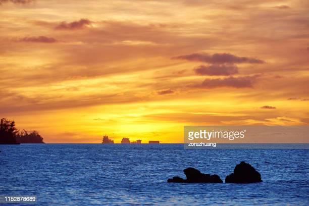 日没の太平洋の黄金の空、サイパン、アメリカ - 北マリアナ諸島 ストックフォトと画像