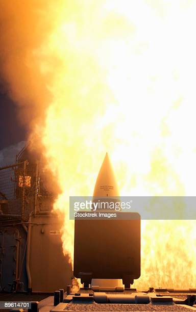 pacific ocean, may 25, 2006 - a standard missile - 2 (sm-2) is launched from the pearl harbor-based aegis cruiser uss lake erie (cg-70) as part of a u.s. navy missile defense demonstration.  - uss lake erie cg 70 stock pictures, royalty-free photos & images