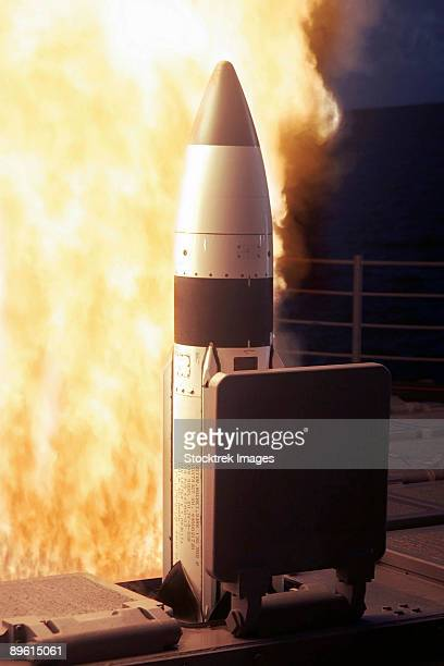 pacific ocean, november 17, 2005 - a standard missile three is launched from the vertical launch system aboard the pearl harbor based aegis cruiser uss lake erie (cg-70), during a joint missile defense agency, u.s. navy ballistic missile flight test.   - uss lake erie cg 70 stock pictures, royalty-free photos & images