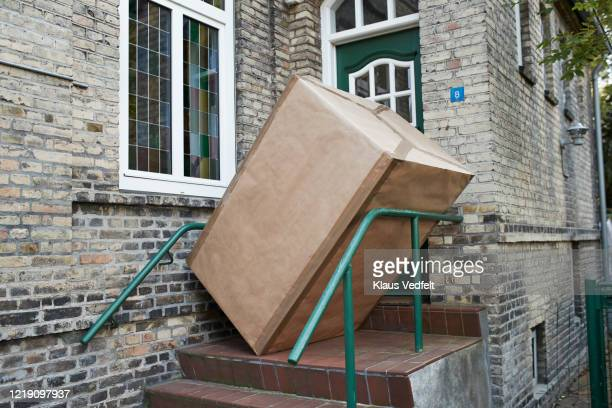 package at entrance of house - groß stock-fotos und bilder
