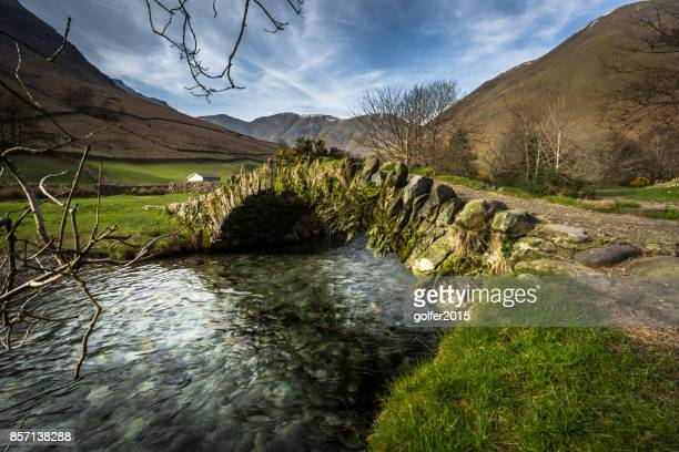 packhorse bridge - road - lake district - lake district stockfoto's en -beelden