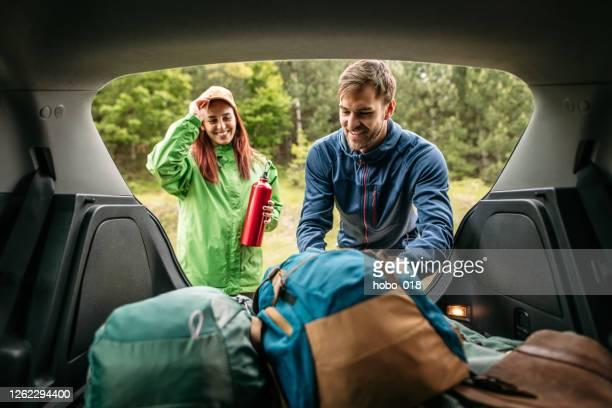 verpackung von campingausrüstung - landfahrzeug stock-fotos und bilder